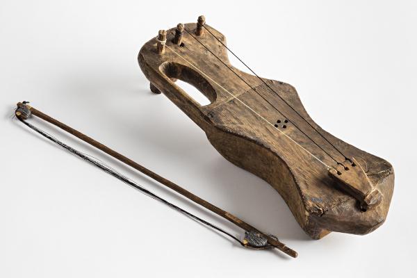 Museoviraston kokoelmassa säilytettävä jouhikannel eli jouhikko saa mielikuvituksen liikkeelle. Kuka sen on tehnyt ja millainen soittoääni siitä kuuluu? Onko sinulla käsintehtyä soitinta?