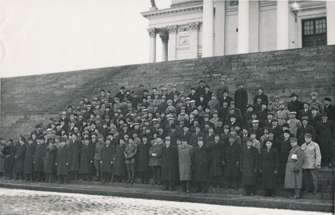 Karjalan Liiton perustamiskokouksen osallistujat Helsingin tuomiokirkon portailla 21.4.1940.