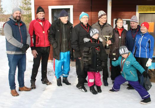 Kilpailun ja palkintojen jaon päätteeksi järjestäytyi seurojen välisen kilpailun voittaneen Lievestuoreen Karjalaisten urheilijat yhteiskuvaan kunnanjohtaja Jaakko Kiiskilän kanssa. Kiertopalkintoa pitelee käsissään seuran puheenjohtaja Arvo Leminen. Kuvan oikeassa reunassa on Pirjo Karetie, joka on kilpaillut voitokkaasti myös aikuisurheilijoiden maailmanmestaruuskilpailuissa.