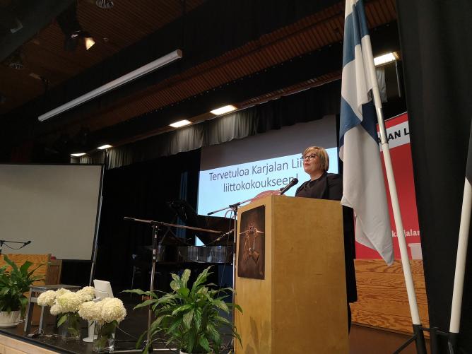 Tiede- ja kulttuuriministeri Annika Saarikko puhui liittokokouksessa. Hän rohkaisi karjalaisia vaalimaan heille ominaisia hyveitä – myönteisyyttä, vieraanvaraisuutta ja perhekeskeisyyttä.