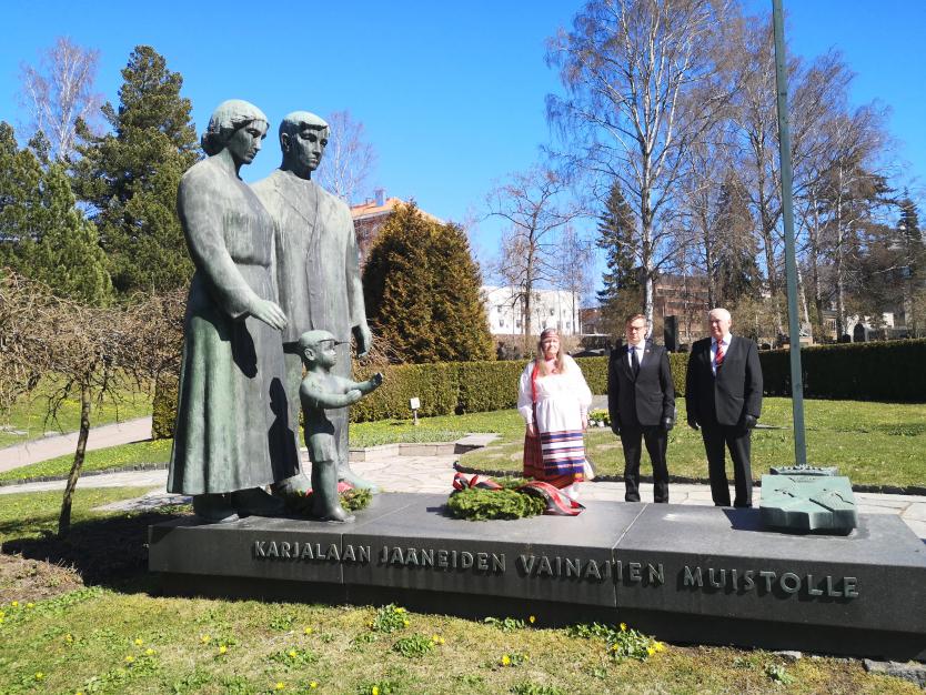 Karjalan Liiton puheenjohtaja Pertti Hakanen ja hallituksen jäsenet Virpi Huhtanen ja Jaakko Lyytikäinen Karjalaan jääneiden vainajien muistomerkillä 21.4.2020.