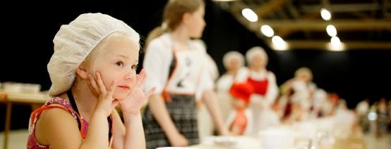 Lapsille on omat sarjat Karjalaisten kesäjuhlien piirakkakisoissa. Kuva Karjalan Liitto/Hanna-Kaisa Hämäläinen.