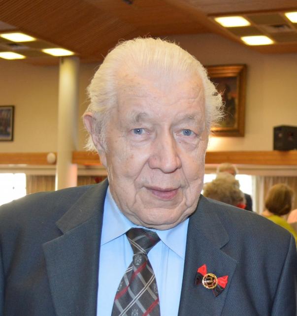 Sulo Maanoselle myönnettiin helmikuussa 2019 hänen 90-vuotispäivänään ruusukemerkki, joka on  Karjalan Liiton korkein järjestötoiminnan merkki. Kuva Karjalan Liiton järjestöseminaarista 27.4.2019.