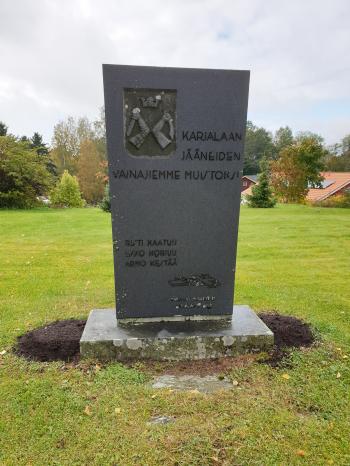 Karjalaan jääneiden vainajien muistomerkki Panelian kirkon vieressä