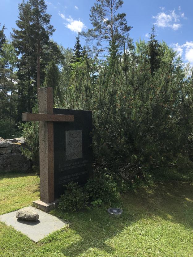 Kanta-Loimaan kirkon vieressä on patsas muistuttamassa Karjalaan jääneistä vainajista.