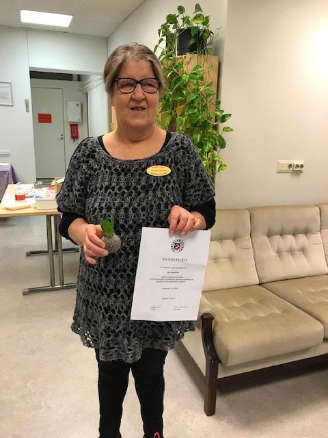 Ilmi Ruohoselle luovutettiin Karjalan Liiton piirakkamestarin tunnus ja kunniakirja johtokunnan kokouksessa 30.11.2020.