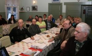 Kuva 3: Kokousväki seurasi tiiviisti kaljaasi Ihanasta kertovaa esitystä ja myös piirin toiminnan kuvausta vuodelta 2011 .