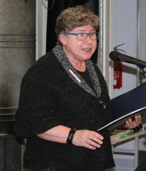 Kuva 1: Eeva Kaplas saaattoi ilmeikkäällä esityksellään kuulijat hyvälle tuulelle ja sai osakseen ansaitsemansa aplodit