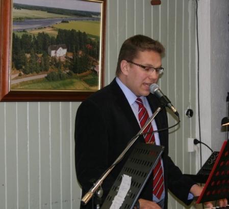 Kuva 2: Petri Kiiski toimi yhteislaulujen säestäjänä ja herkisti kuulijat miellyttävällä äänellään ja laulujen hienolla tulkinnallaan