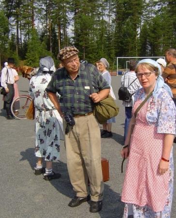 Kuva 1: Karjalaseurojen Satakunnan piiristä Evakkovaellukseen osallistuivat mm. Juha Pökkönen ja Anne Hannukainen