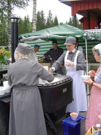 Kuva 4: Lotat tarjoilivat lämmintä keittoa Evakkovaellukseen osallistuneille