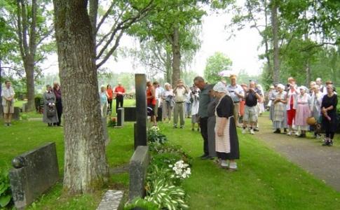 Kuva 5: Evakkovaellustapahtuma päätettiin kunnianosoitukseen Karjalaan jääneiden vainajien muistomerkillä