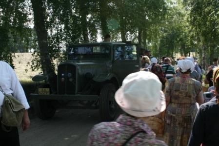 Kuva 11: Kapealla tiellä oli ahdasta sotajoukkojen ja evakoiden kohdatessa