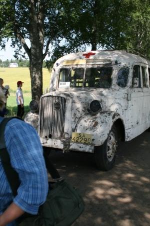 Kuva 12: Myös rintamalta jouduttiin suorittamaan evakuointeja. Kuvassa aito sairaslinja-auto evakuoimassa haavoittuneita sotilaita