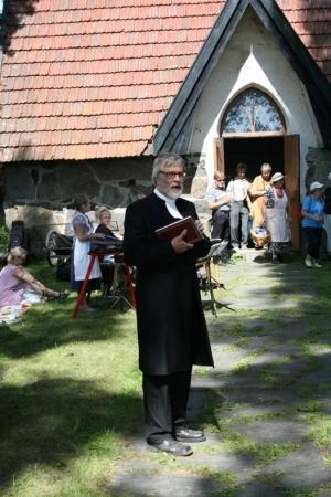 Kuva 16:  Teologian tohtori Hannu Kilpeläinen piti useita hartauksia sekä kartanon kappelissa että sen piha-alueella