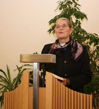 Kuva 1: Seurakunnan tervehdyksen esitti kappalainen Anneli Salenius