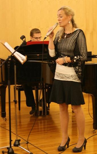 Kuva 2:  Miia Paasikivi esitti kaksi tilaisuuden aiheeseen liittyvää herkän tunnelmallista laulua