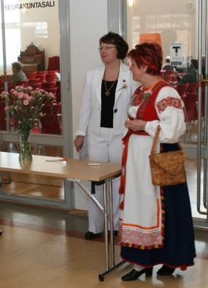 Kuva 1: Äitienpäivätilaisuuden pääarkkitehteina toimivat Leena Peltomaa (vasemmalla) ja Raija Laaksonen