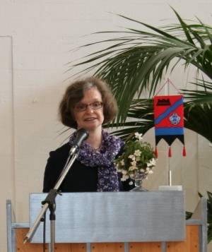 Kuva 5: Pia Ketola puhui ja osoitti kiitoksensa äideille