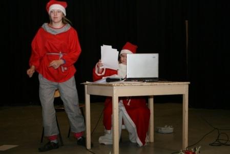 Kuva 8:  Lähetit kiikuttavat jatkuvana jonona lasten lahjatoivomuksia pukin työpöydälle. Sijaispukki on hämillään. Mitä tässä tilanteessa pitäisi tehdä?