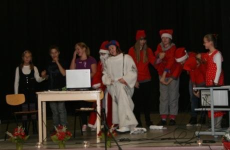 Kuva 9:  Onnellinen loppu! Syntynyt kaaos on selvitetty ja kaikki maailman lapset ovat saaneet lahjansa. Näyttelijät ottavat vastaan yleisön aplodit.