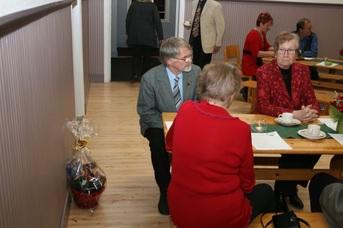 Kuva 11: Kuvan parrakasta miestä, Mauri Lintusta, onnisti arvonnassa. Pääpalkinto (seinän vieressä lattialla) lähti hänen mukaansa.