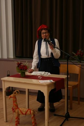 Kuva 3: Aino Korhonen pakinoi aluksi puurosta ja myöhemmin Kalevi Kokon lahjoittamaan runokirjaan perustuneista aiheista.