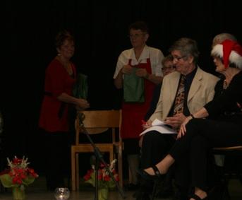 Kuva 5:  Tietovisan voitti Hiitolan Pitäjäseuran joukkue, johon kuuluivat siskokset Raija Laaksonen ja Airi Vihavainen.