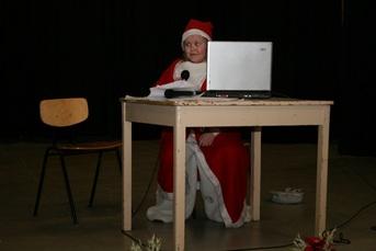 """Kuva 7:  Tässä vaiheessa joulupukin työpisteen """"läppärin"""" takana istuu sijaispukki."""