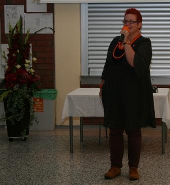 Kuva 2: Karjalaisen Nuorisoliiton toiminnanjohtaja Hilkka Alastalo-Toivonen kiittää kesäjuhlien hyväksi panoksensa antanutta runsasta talkootyöntekijöiden joukkoa