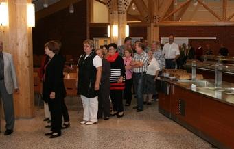 Kuva 8: Kiitostilaisuudessa oli tarjolla sekä ruokaa että kahvit.  Cygnaeuksen ruokapalvelukeskus tarjosi hyvät puitteet tarjoilujen järjestämiselle. Toki hyvää joutuu aina hieman odottamaan…