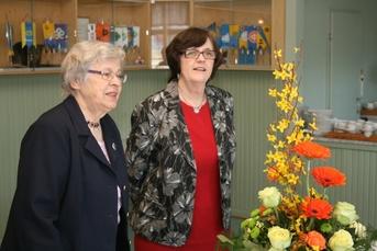 Kuva 3: Karjalaseurojen Satakunnan piirin naistoimikunnan uutena puheenjohtajana on aloittanut toimikautensa Merja Inkinen (oikealla). Kuvassa on mukana myös Anja Huhtala.