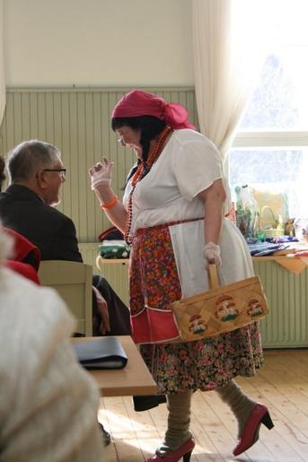 """Kuva 7: """"Merikarvialainen piikalikka Iita"""" (Brita-Helena Railola) hauskutti yleisöä reippaalla esiintymisellään."""