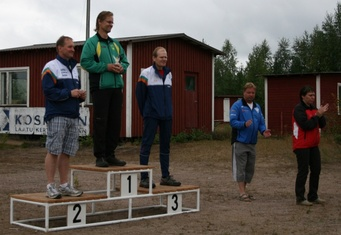 Kuva 4: H55-sarjan voitti Riihimäen Karjalaisten seuran Markku Keskinen. Kankaanpään Karjalaseuran Jari Vaara (vasemmalla) sijoittui toiseksi ja saman seuran Raimo Hannukainen (oikealla) kolmanneksi.