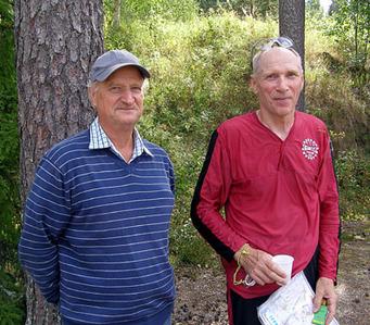Kuva 3: Kuvassa oikealla entinen yleisen sarjan huippusuunnistaja ja nykyinen huippuveteraani Veikko Loukonen. Vasemmalla kilpailussa juomapistettä hoitanut Seppo Varjus.