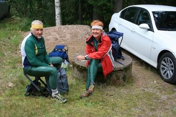 Kuva 1: Iloista odottelua ennen kilpailun alkua. Kuvassa Vammalan Karjalaseuran suunnistava aviopari Tuula ja Oiva Kaasalainen.
