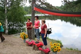 Kuva 4: D45-sarjan mitalit on jaettu. Voittajana (keskellä) palkittiin Hämeenlinnan Karjala-Seuran Riitta Ternola. Toisen sijan saavutti Päivi Klemelä (vasemmalla) Jokioisten Karjalaseurasta. Kankaanpään Karjalaseuran Anne Hannukainen pronssikorokkeella.