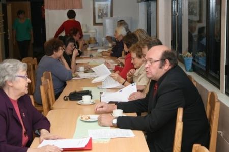 Kuva 1:  Seurojen piirikokousedustajille maistuivat järjestävän seuran (Huittisten Karjalaseura ry) tarjoamat kahvit ja karjalan piirakat