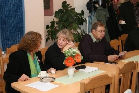 Kuva 2: Seurojaan olivat edustamassa piirin hallituksen jäsenet Luvian Karjalaseuran Virpi Nikkonen (keskellä) ja Rauman Karjalaisten Juha Pökkönen