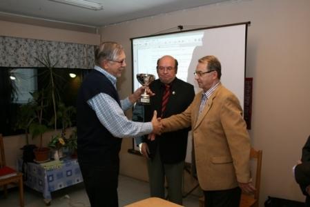 Kuva 6:Puheenjohtajien Maljan kiertopalkinnon voitti vuodeksi haltuunsa Huittisten Karjalaseura. Puheenjohta Heikki Kiiski otti vastaan palkinnon.
