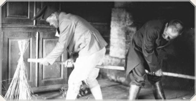 Kuva. Joululeikki Suutarin sohiminen -esittely vuonna 1928. Esko Aaltosen valokuva-arkistosta, Piipunjuurella-tietokanta.