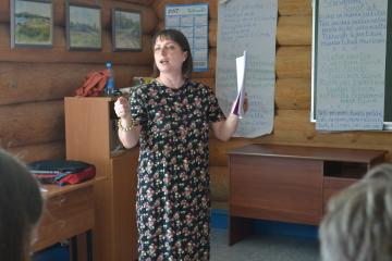 Olga Karlova opettaa vienankarjalaa.