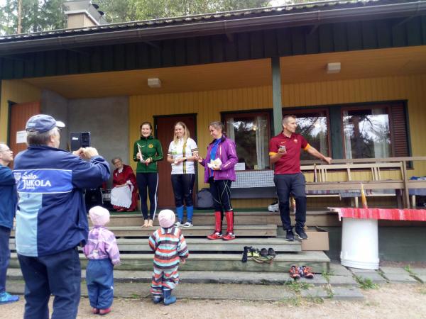 Onnellisia suunnistuskisan voittajia ja ihailijoita. Kuva Suomusjärven Sisu.