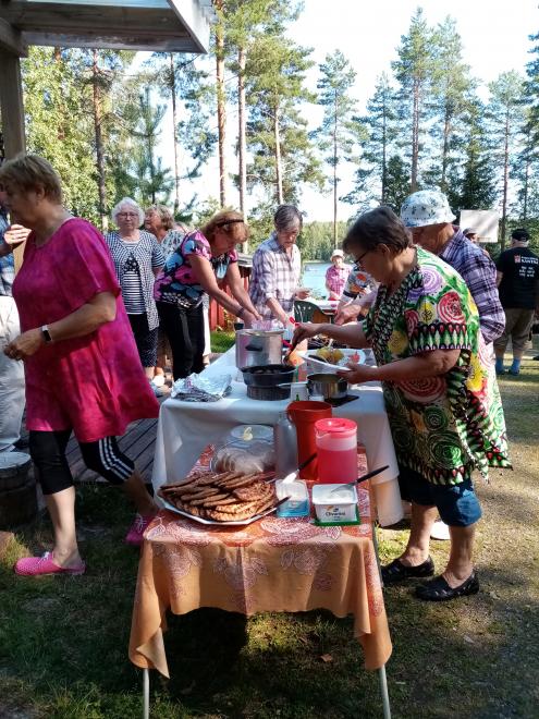 Äänekosken Karjala-Seuran kesäriihi.