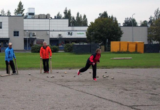 Kyykkää pelaavat Pekka Ahokas, Olli-Pekka Rastas ja Sirpa Rastas Loimaan Seudun Karjalaseurasta.