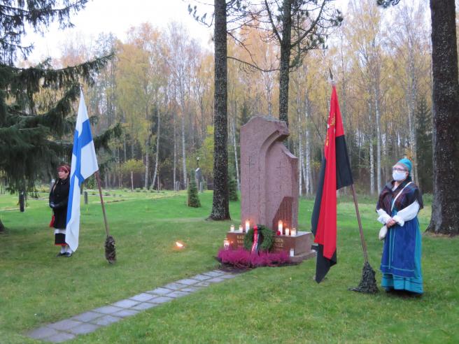 Kuva seuran 80-vuotispäivänä 13.8.20, käynti Karjalaan jääneiden vainajien muistomerkillä. Vasemmalla seuran sihteeri Raija Rapo ja oikealla seuran varapj. Anja Paksu. Kuva Seppo Rapo.