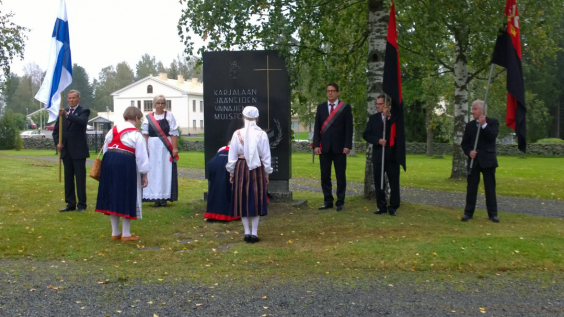 Joroisten Karjalaseura laskemassa seppelettä Karjalaan jääneiden vainajien muistomerkille.