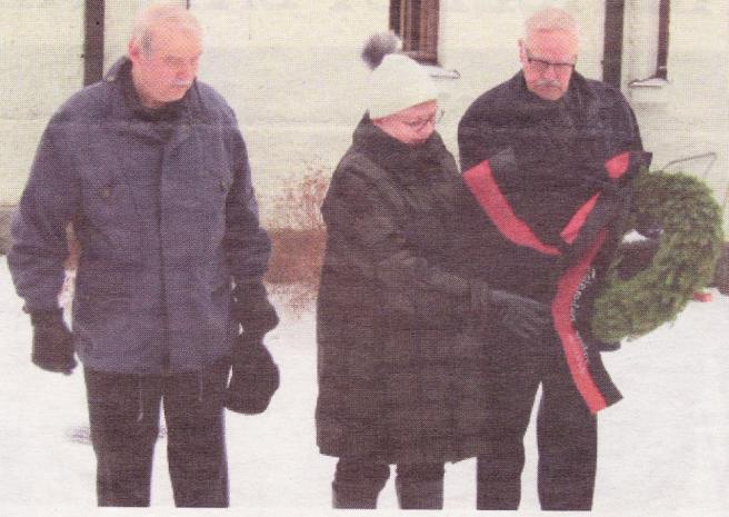 Talvisodan päättymisen muistopäivä 13.3.2020. Kuvassa Kyösti Kuismin, Helinä Mäyry ja Pertti Kuismin.