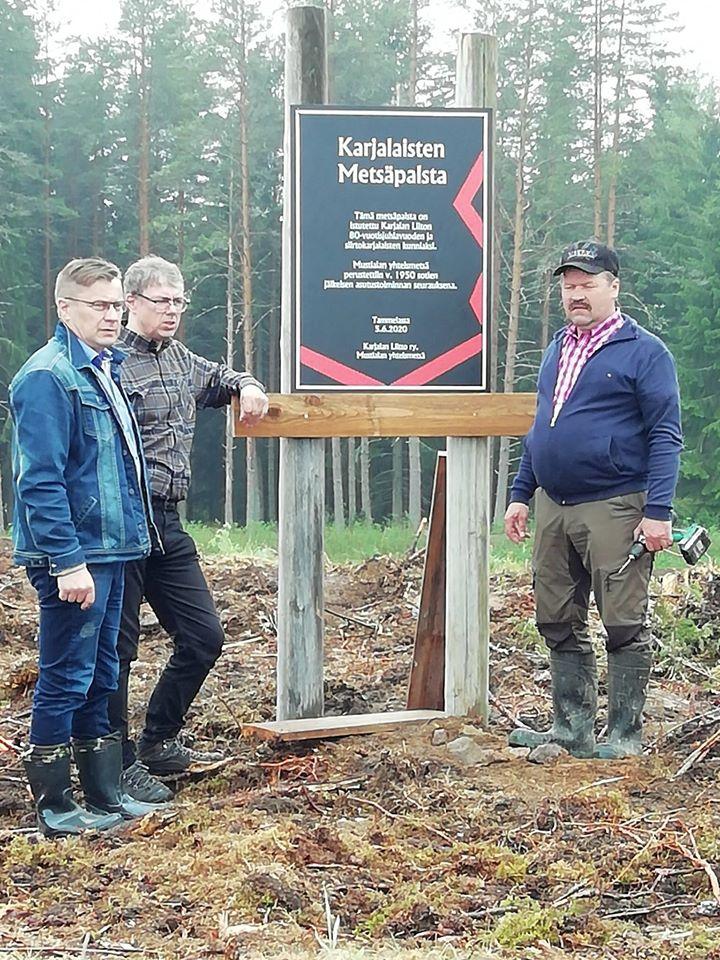 Pertti Hakanen, Mustialan yhteismetsän toiminnanjohtaja Juha Simola ja Mustialan yhteismetsän puheenjohtaja Pekka Ahokas muistuttavat metsän kertovan karjalaisuuden jatkumisesta sukupolvien ketjussa.