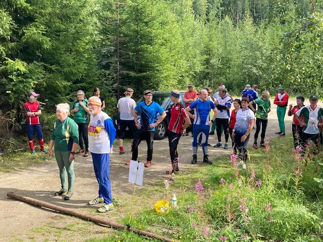 Kilpailijoita lähtöalueella valmiina mestaruusjahtiin.